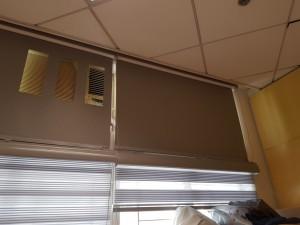 上方氣窗是遮光卷簾,下方主窗為彩紗簾(斑馬簾),既可遮光亦可採光: